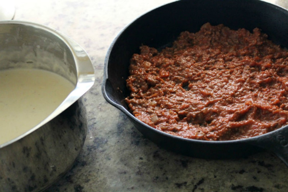 image of white sauce and meat sauce