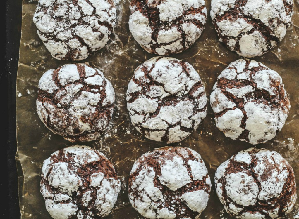 overhead image of chocolate crackle cookies